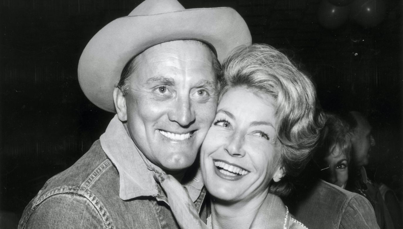 Anne Buydens i Kirk Douglas (fot. Nat Dallinger/Keystone/Getty Images)