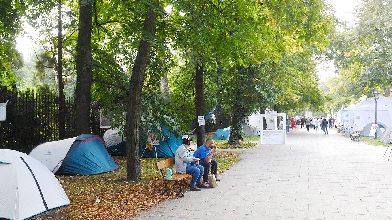 """""""Białe miasteczko"""" przed KPRM (fot. PAP/Radek Pietruszka)"""