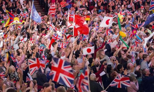 Gęsto powiewają flagi narodowe, rozlegają się entuzjastyczne gwizdy, a nastrój publiczności jest podniosły i wesoły. Fot. REUTERS/Neil Hall