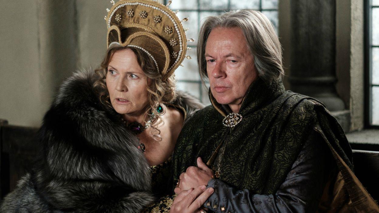 W towarzyszeniu królowi podczas chrztu, swoją szansę na powrót do łask widzi Księżna Eufemia, której mąż skompromitował się występując przeciwko Jogaile (fot. TVP)