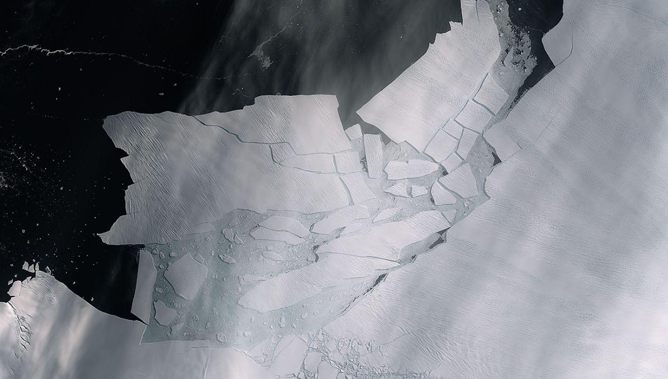 Dzięki zdjęciom z misji satelitarnych Sentinel zauważono dwie duże szczeliny na lodowcu (fot. esa.int)