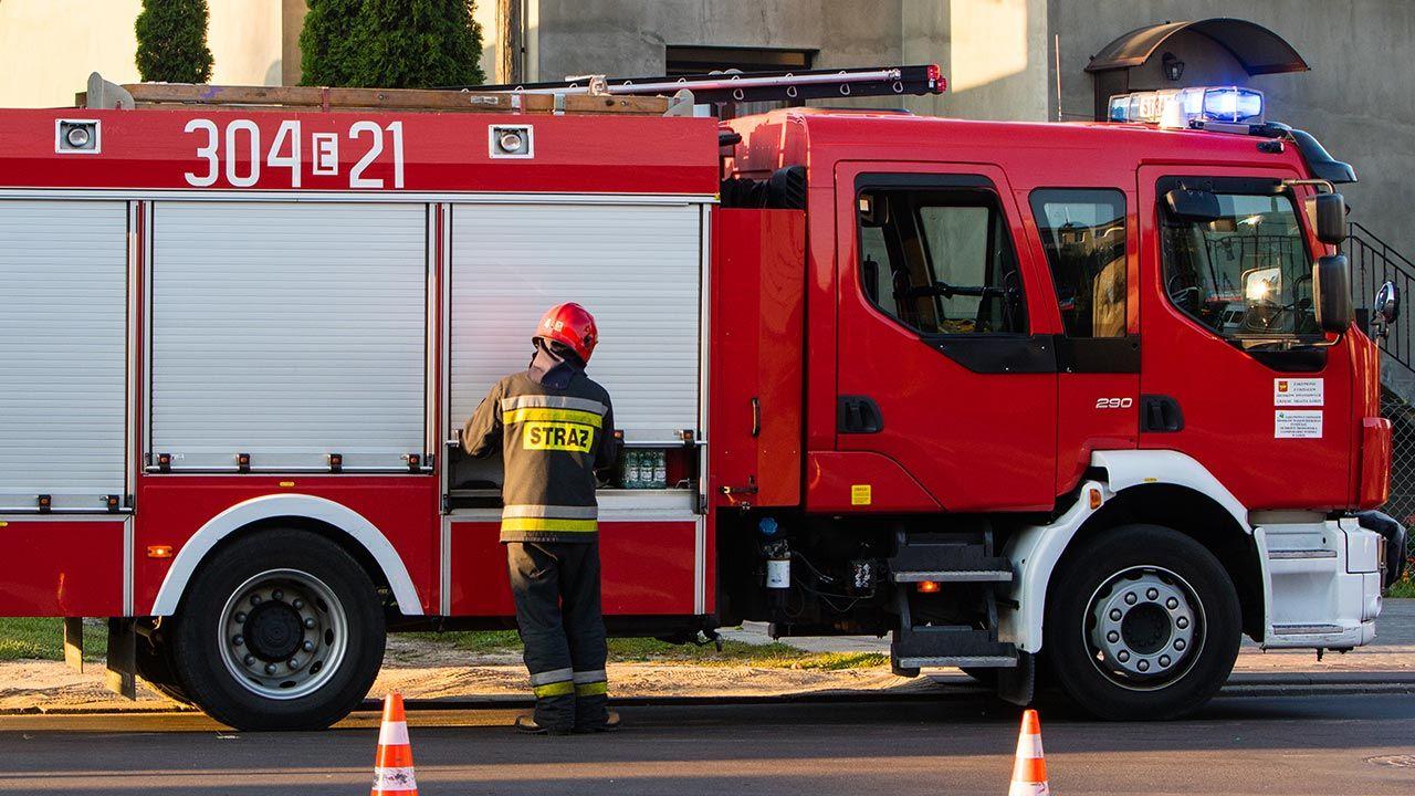 Na miejscu pracują zastępy strażaków (fot. Shutterstock/Grzegorz Czapski, zdjęcie ilustracyjne)