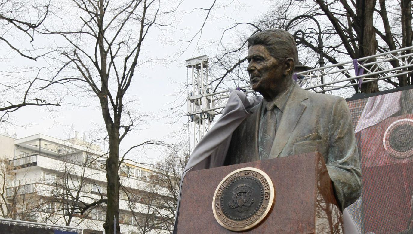 Pomnik Reagana został pomazany sprayem (fot. REUTERS/Kacper Pempel)