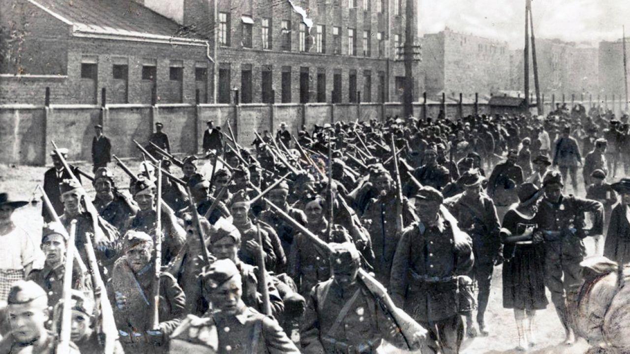 Piechota polska w marszu na front przed bitwą (fot. wikipedia.org/ Centralne Archiwum Wojskowe)