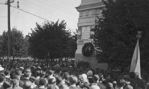 Uroczystości pod tablicą pamiątkową ku czci bohaterów Powstania Styczniowego na gmachu sądu Okręgowego w Wilnie, między 1924 a 1936 r. Fot. NAC/IKC, Leonard Siemaszko, sygn. 1-B-591a