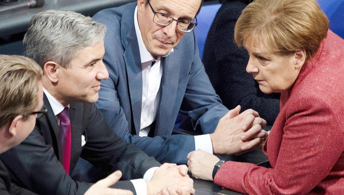 Stephan Harbarth (drugi z lewej) dyskutujący z Angelą Merkel po wyborze na prezesa TK (fot. PAP/DPA)