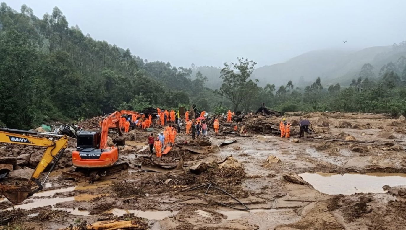 Akcję ratowniczo-poszukiwawczą prowadzono z przerwami z powodu fatalnych warunków atmosferycznych (fot. PAP/EPA/NATIONAL DISASTER RESPONSE FORCE HANDOUT)