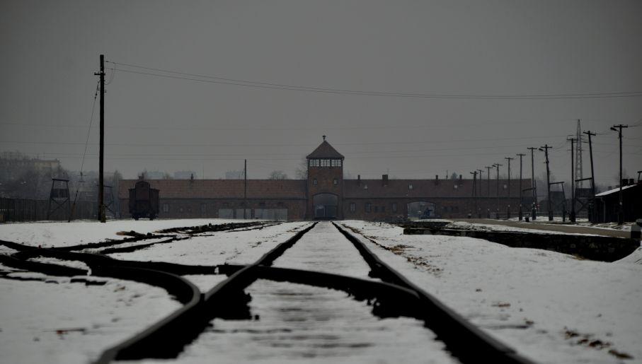 Brama główna obozu Auschwitz-Birkenau (fot. TVP/Emilia Stasiak)