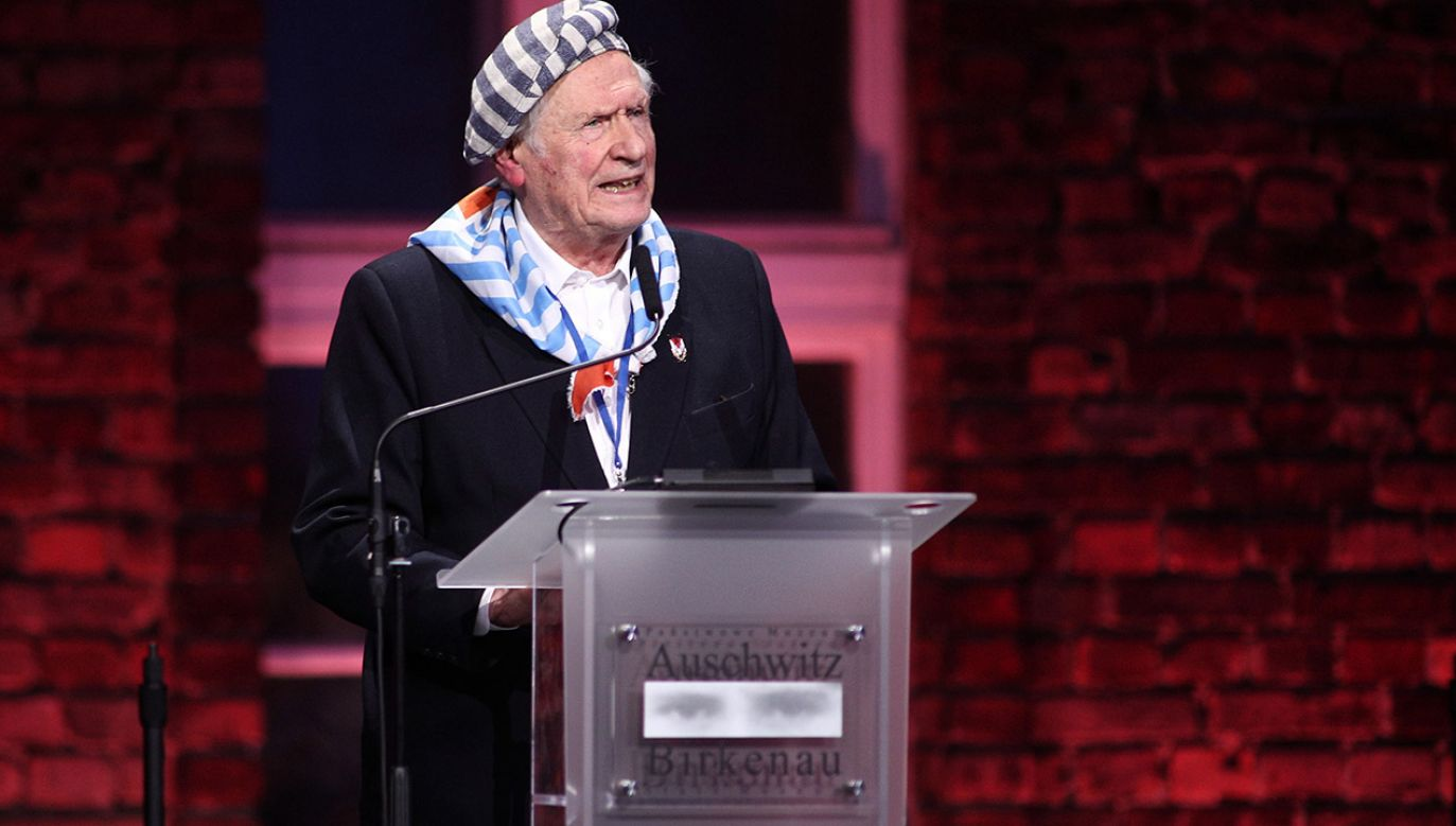 Były więzień Stanisław Zalewski podczas uroczystości przed Bramą Śmierci byłego obozu Auschwitz II-Birkenau w Oświęcimiu, w ramach obchodów 75. rocznicy wyzwolenia niemieckiego nazistowskiego obozu koncentracyjnego i zagłady Auschwitz-Birkenau (fot. PAP/Łukasz Gągulski)