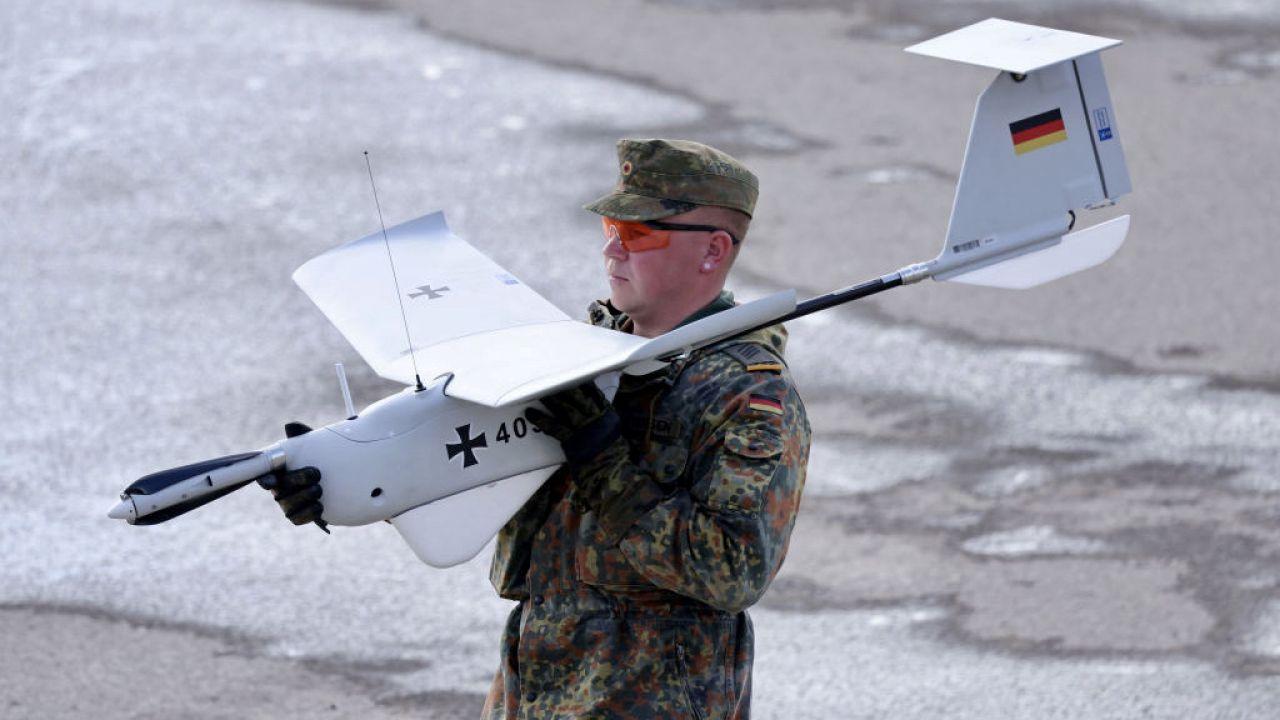 Żołnierz Bundeswehry z dronem rozpoznawczym ALADIN (fot. Sean Gallup/Getty Images)