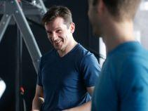 Szczególnie irytuje Radeckiego to, że nieproszony udziela mu rad na siłowni. (fot. TVP)