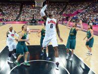 LeBron James pod koszem Australijczyków (fot.PAP/EPA)