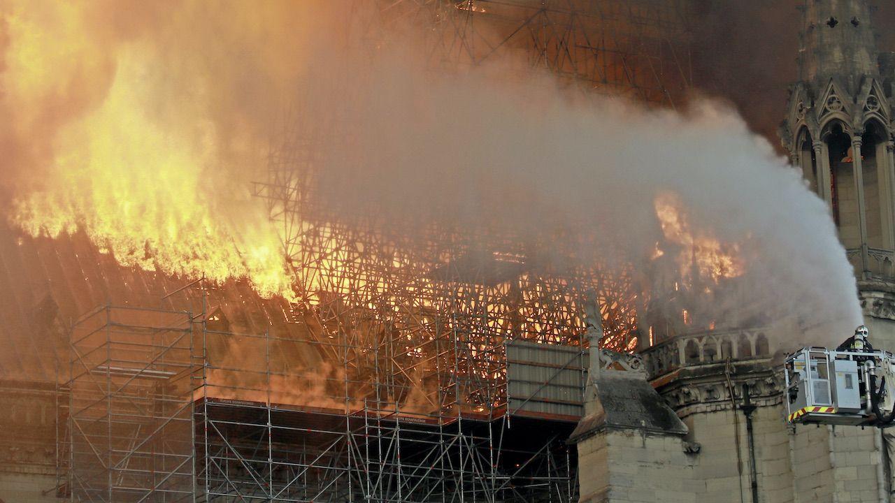 Strażacy uratowali jedynie terakotową statuetkę z XV wieku i kilka płócien (fot. Pierre Suu/Getty Images, zdjęcie ilustracyjne)