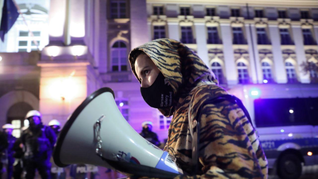 Środowiska lewicowe manifestowały w kolejnych częściach Warszawy po czwartkowym wyroku TK ws. aborcji (fot. PAP/Leszek Szymański)
